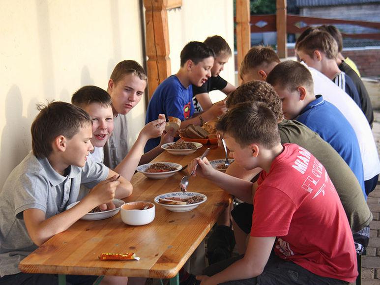Jugendliche im Zentrum beim Essen