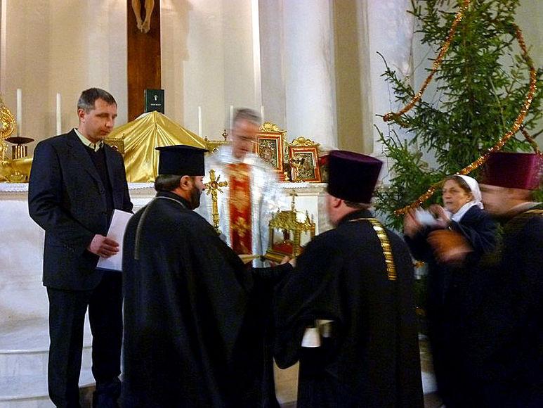 Bischöfe bei der Reliquienübergabe