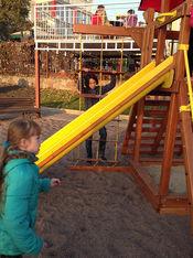 Kinder am Spielturm