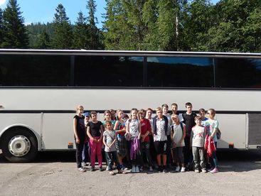 Gruppe Kinder vor Reisecar