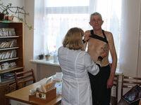 Krankenschwester untersucht einen Patienten