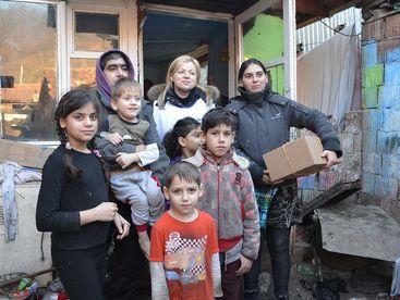 Familie mit Hilfsgüterpaket