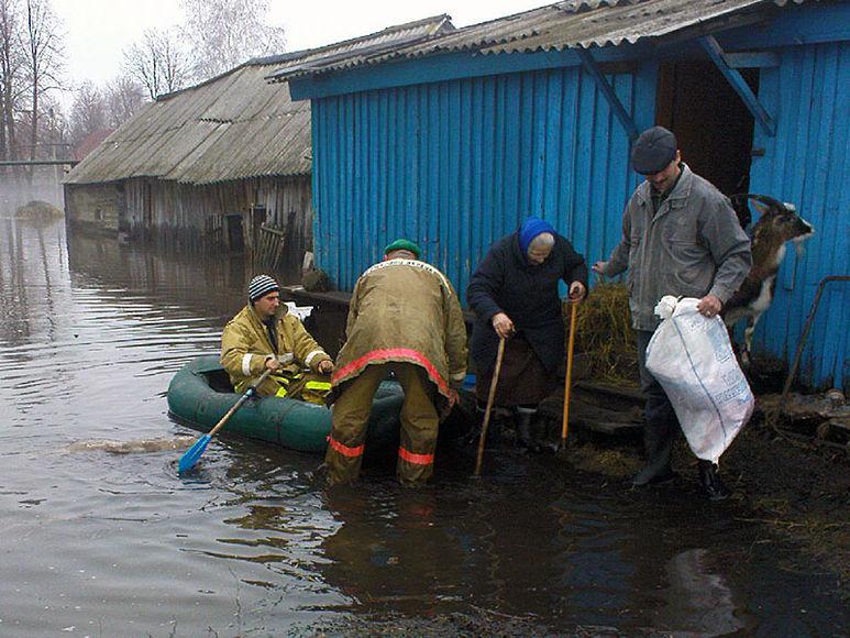Häuser stehen unter Wasser
