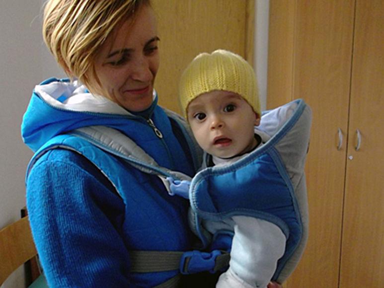 Viorica mit ihrem Kind auf dem Arm