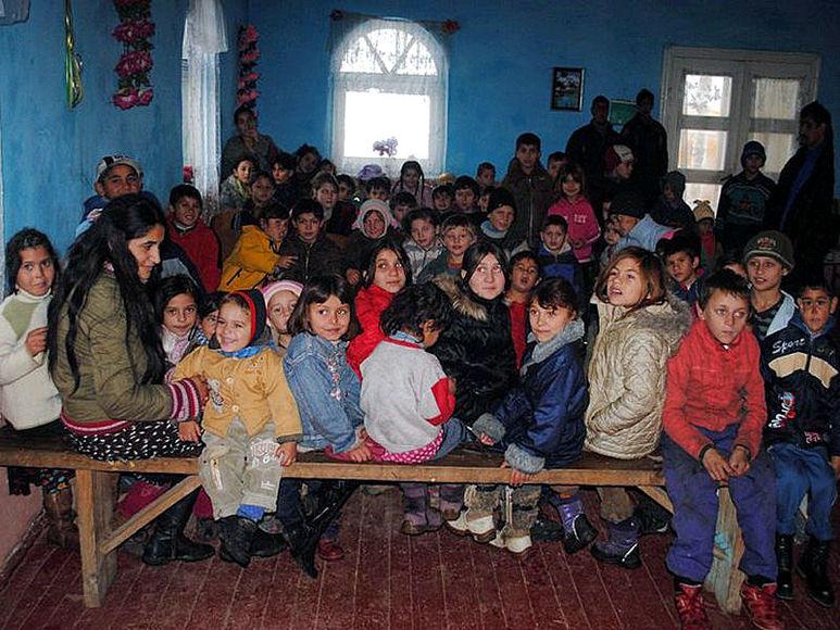 Kinder und Familien bei einer Weihnachtsbescherung