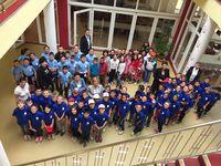 Kinder in der Eingangshalle des Kinderzentrums