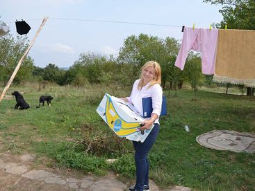 Frau mit Karton voll Hilfsgüter