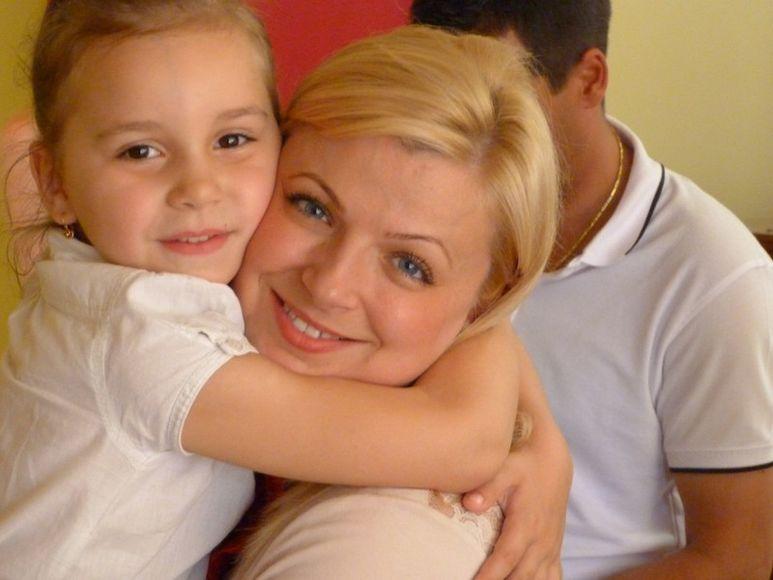 Mädchen umarmt Direktorin Daniela Cismăneanţu