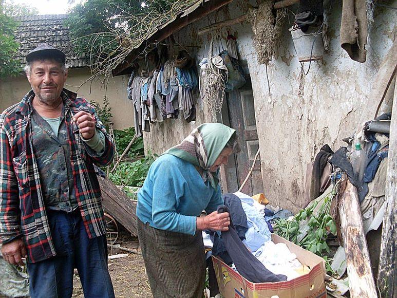 Älteres Ehepaar beim Auspacken von Hilfsgütern