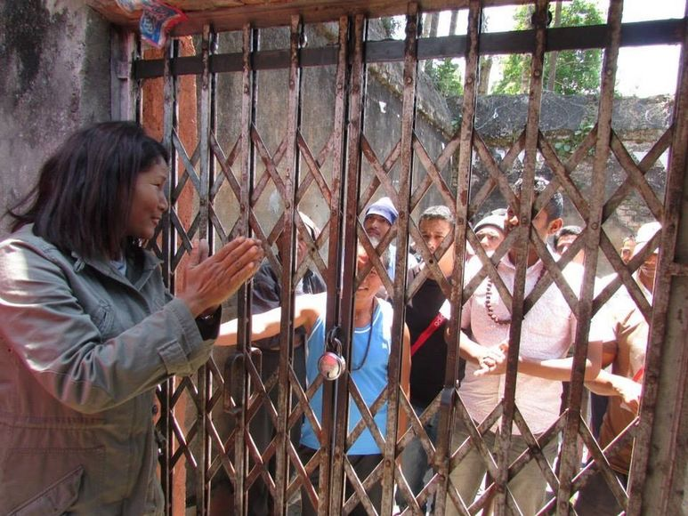 Indira Ramamagar vor dem Gefängnis Dhulikhel