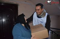Übergabe eines Paketes an eine alte Frau