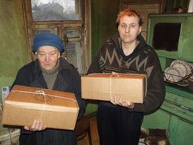 Zwei Personen mit Hilfspaketen