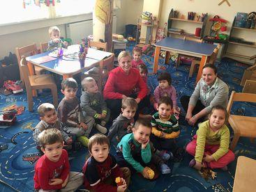 Kinder spielen und lernen miteinander