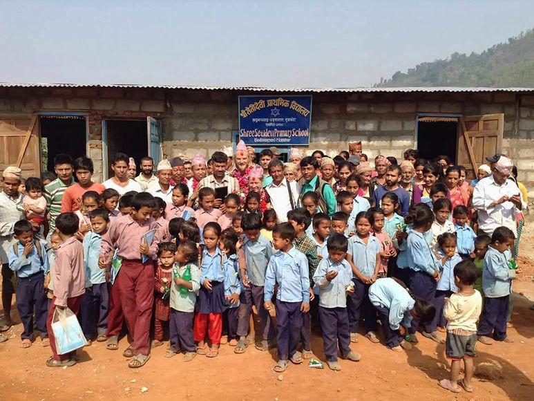 Kinder, Betreuer etc. vor der Setidevi Schule in Devigath