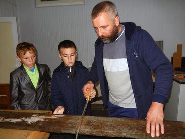 Kinder mit Lehrer beim Schreinern