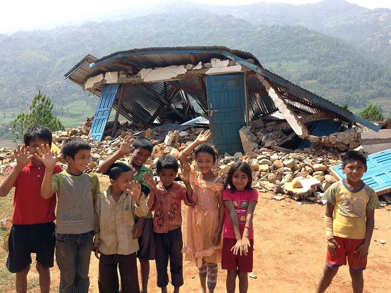 Kinder vor zerstörter Schule