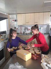 Zwei Mädchen beim Belegen von Broten