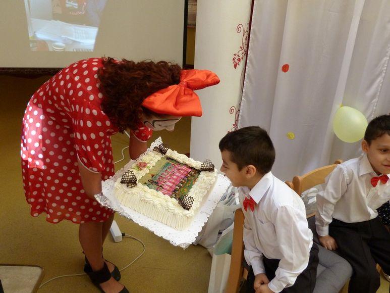 Betreuerin mit einer grossen Torte