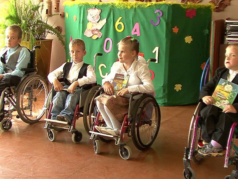 Kinder in Rollstühlen