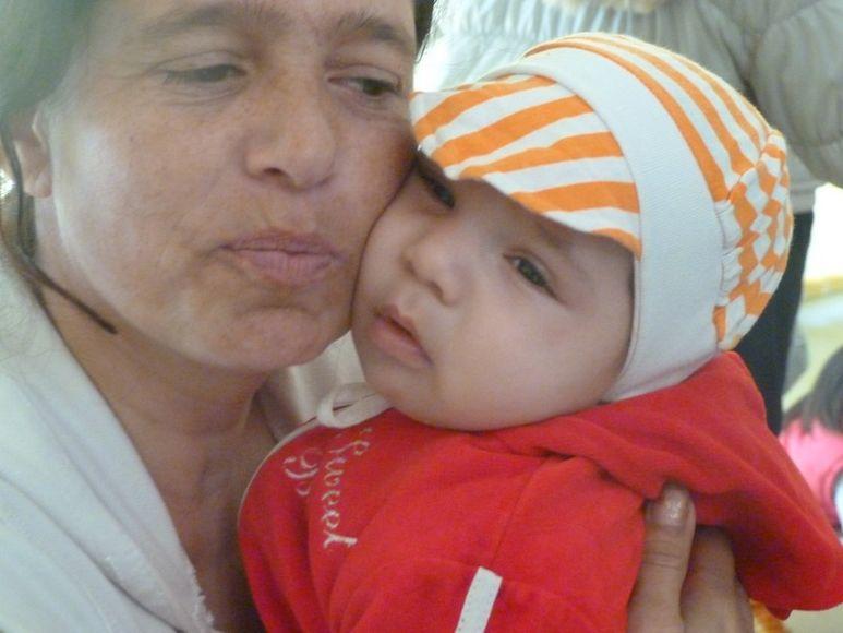 Mutter mit Kind auf dem Arm
