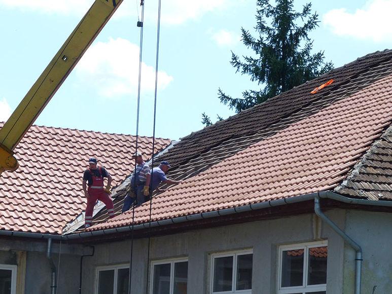Arbeiter beim Flicken eines Daches