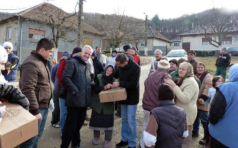 Hilfspakete werden an die Bevölkerung verteilt