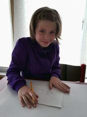 Lisa beim Zeichnen