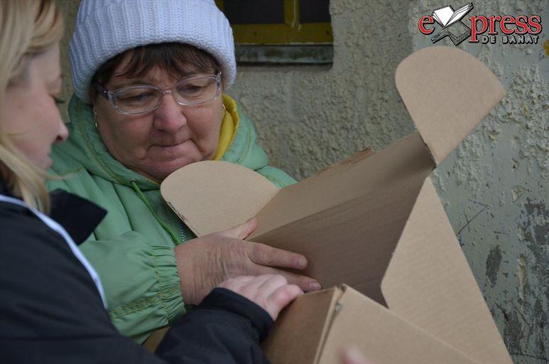 Einblick in ein Paket mit älterer Frau