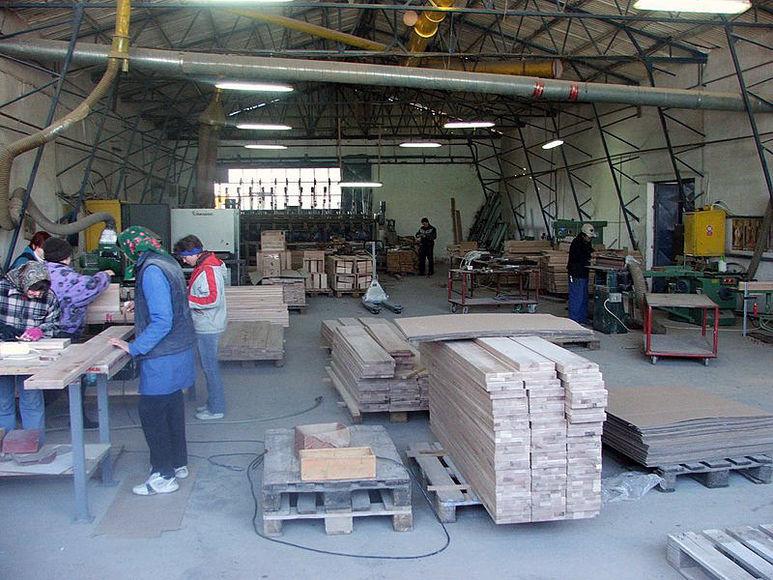 Frauen beim Bearbeiten von Holzlatten