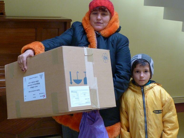 Mutter und Kind mit Hilfspaket