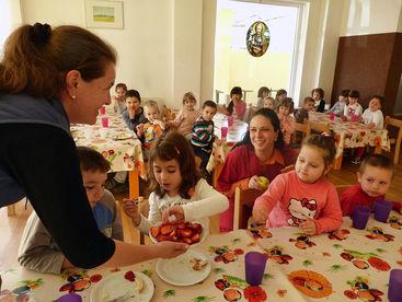 Kinder beim Mittagstisch