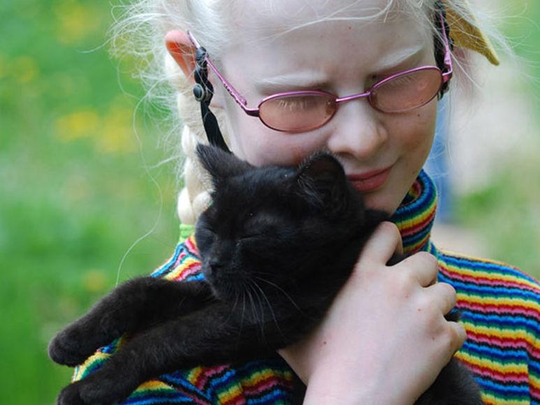 Mächen mit schwarzer Katze
