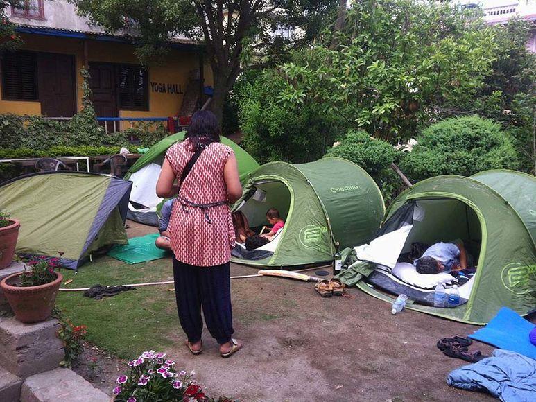 Bewohner schlafen in Zelten