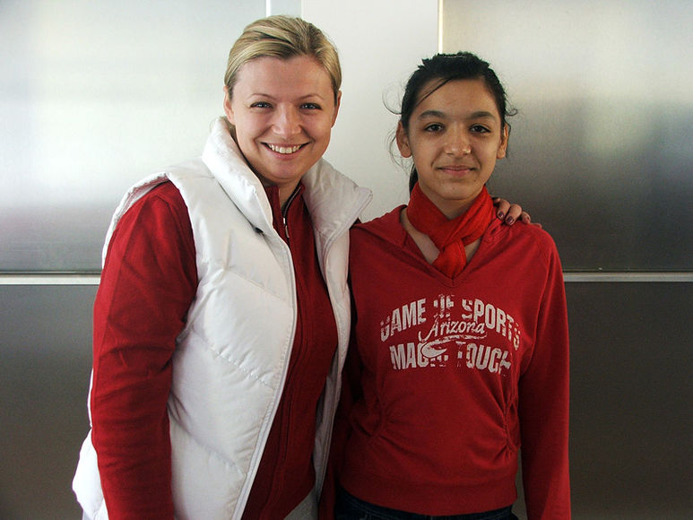 Betreuerin Daniela Cismaneantu mit Mädchen