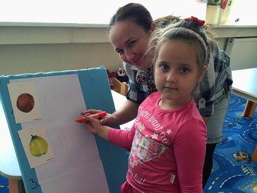 Mädchen beim abzeichnen von Früchten