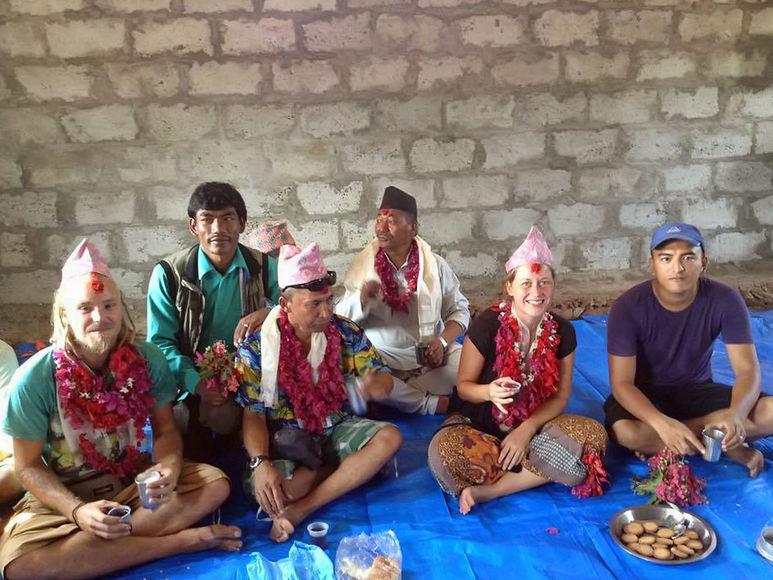 Björn Apostel und Germaid Ponge bei Bewohnern von Nepal