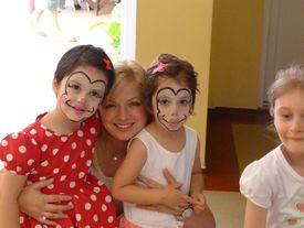 Kinder mit mit Clowngesicht