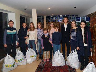 Familien mit Lebensmittelpacketen