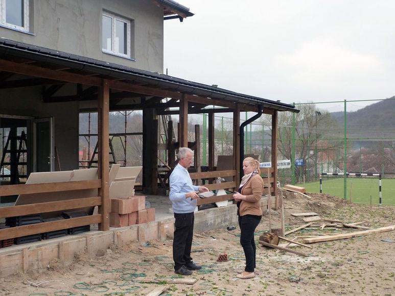 Direktorin und P. Rolf-Philipp Schönenberger vor dem Pavillon