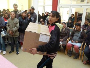 Junge Frau mit Hilfsgüterpaket