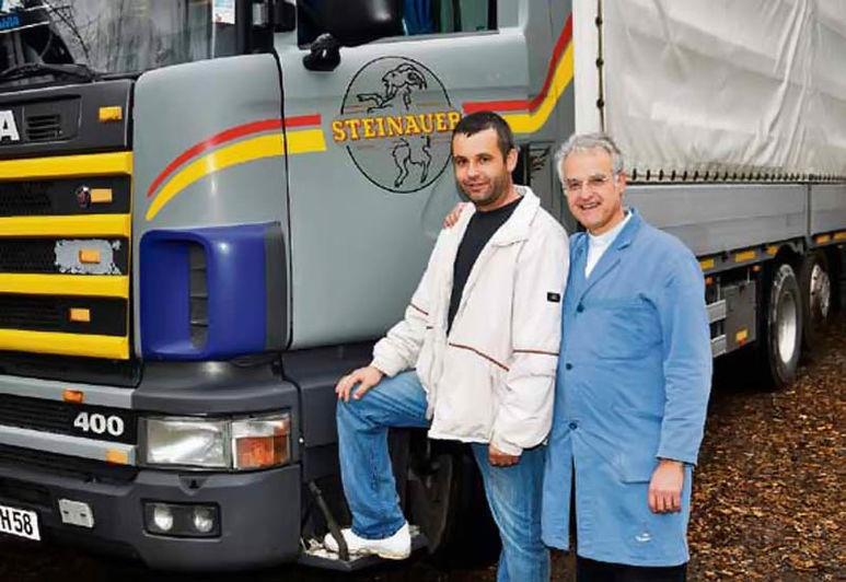 P. Rolf Schönenberger mit Lastwagenchauffeur