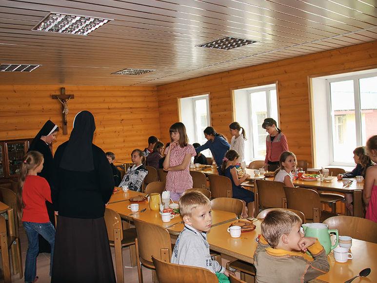 Kinder im Speisesaal