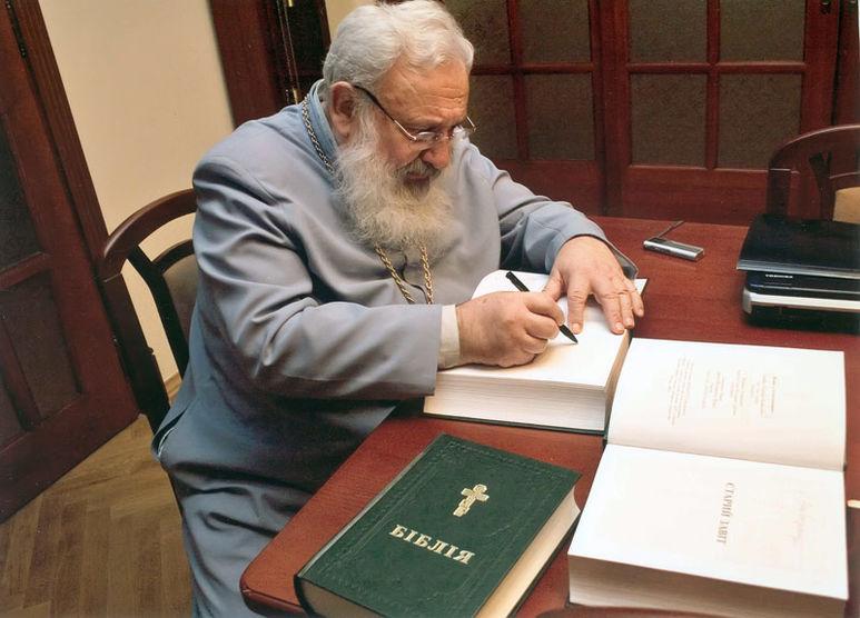 Kardinal Husar signiert eine Bibel