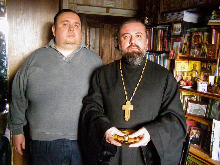 Übergabe einer Reliquie vom Vorsitzenden der Abteilung für Aussenbeziehungen der orthodoxen Kirche von Kasachstan an den Priestermönch Seraphim Petrovsky.