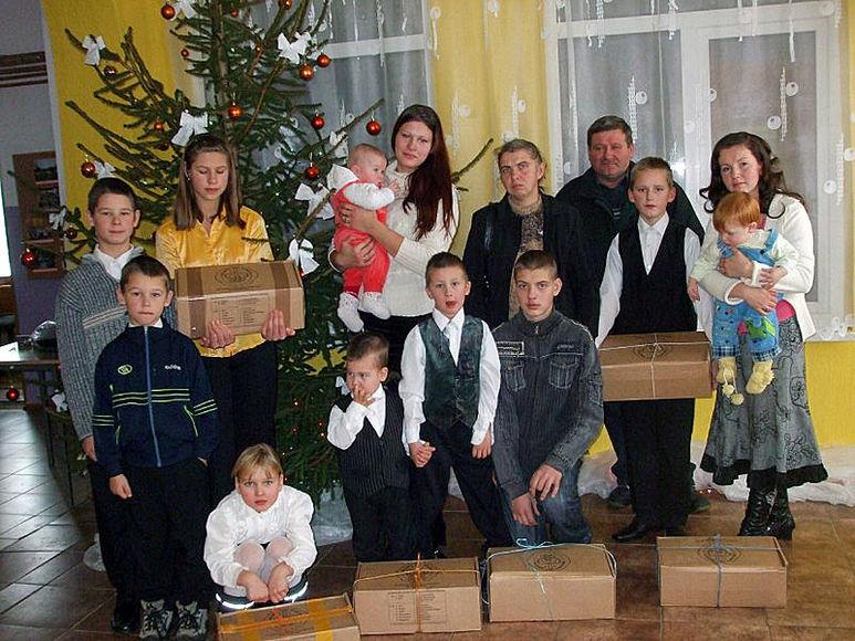 Familie mit Hilfspaketen