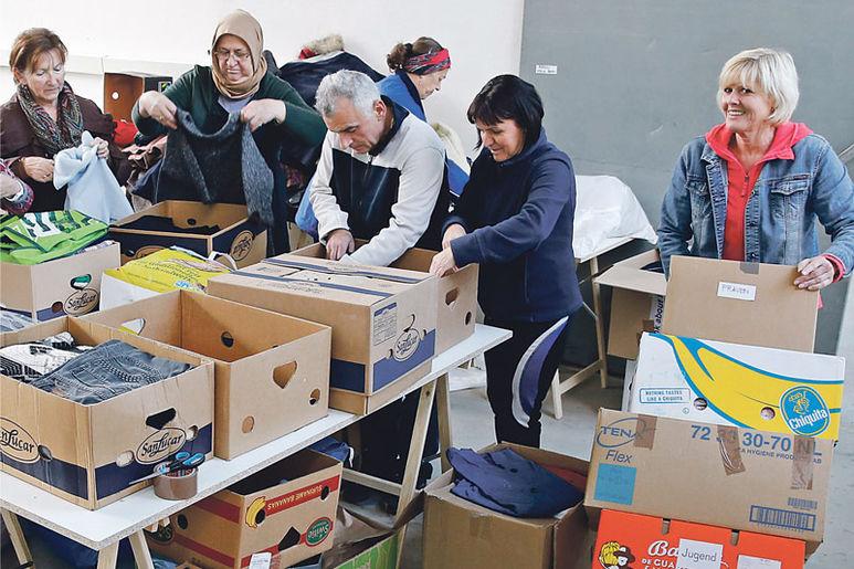 Helfer beim Einpacken Beschriften von Kartons