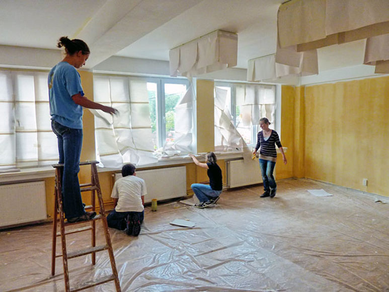 Jugendliche beim Abdecken und Malen