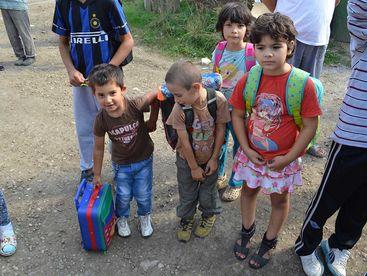 Kinder erhalten Schulsäcke