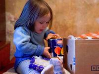 Kind beim Auspacken des Paketes