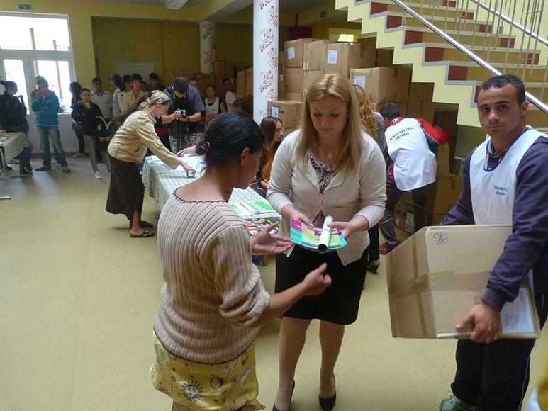 Daniela Cismăneanțu bei der Übergabe eines Hilfspaketes